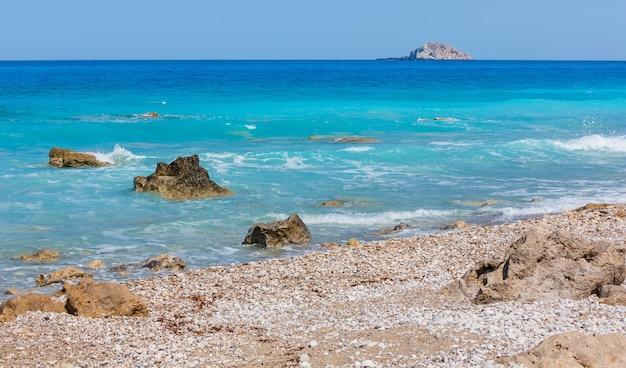 Красивое лето каменистый пляж побережья лефкады (греция, ионическое море)