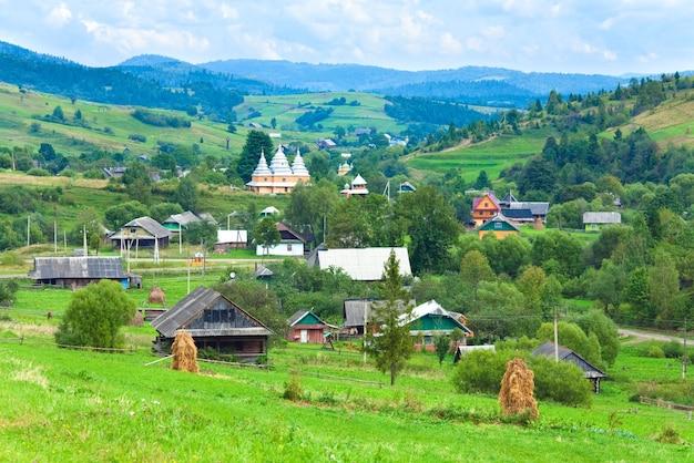 美しい夏の山と小さな村(カルパティア山脈、ウクライナ)