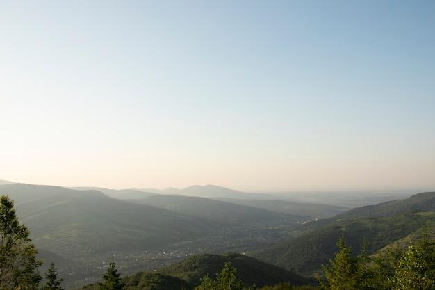 푸른 하늘과 아름 다운 여름 산