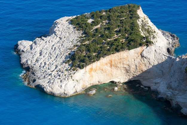 Красивое летнее побережье пляжа порто-кацики на ионическом море (лефкас, греция), вид сверху