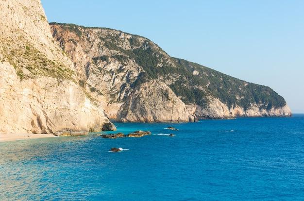 Красивый летний пляж порто кацики на ионическом море (лефкас, греция)