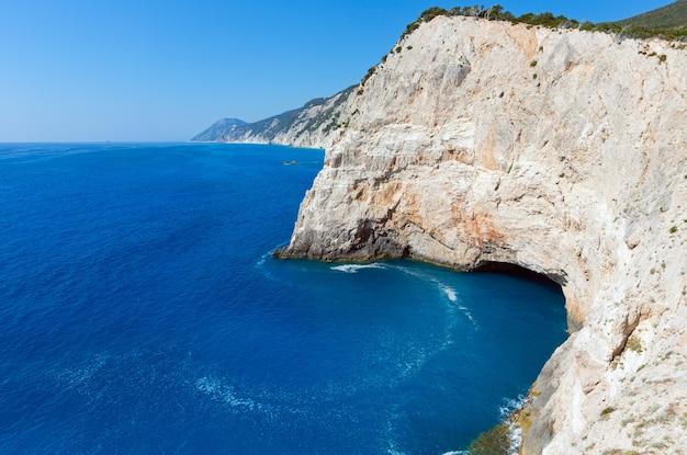 Красивый летний вид на скалистую береговую линию возле пляжа порто кацики на ионическом море (лефкас, греция)