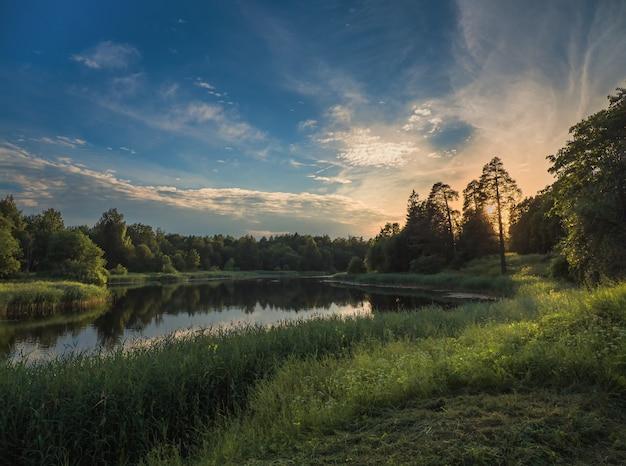 湖のそばの美しい夏の夕日、北の湖の空の完璧な反射