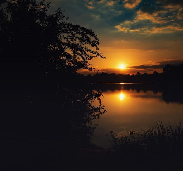 バイエルン州の湖に沈む美しい夏の夕日