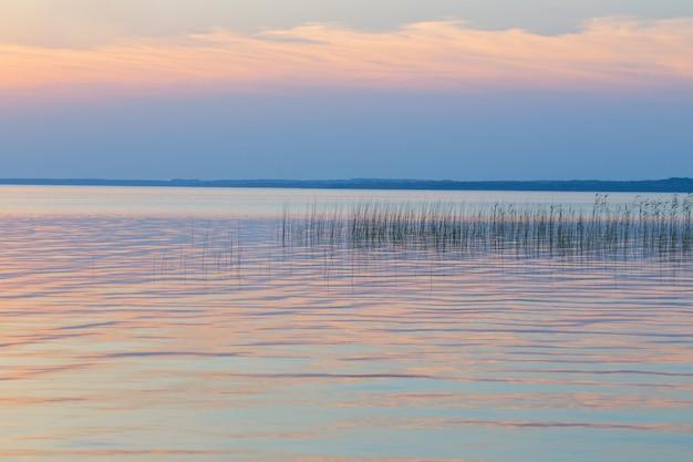 湖の美しい夏の夕日