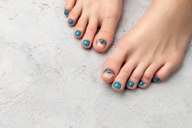 Красивый летний бирюзовый дизайн ногтей. маникюр, педикюр салон красоты концепция.