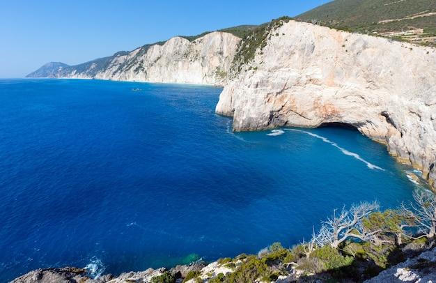 Красивый летний вид с пляжа порто кацики на ионическое море (лефкас, греция) с гротом.