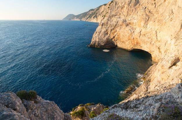 Прекрасный летний вид с пляжа порто кацики на ионическом море (лефкас, греция)
