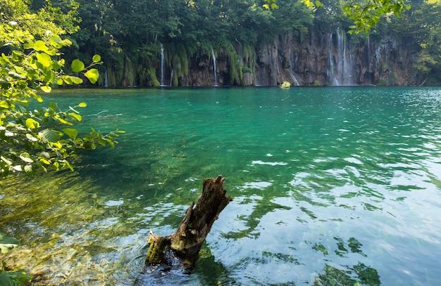 플리트 비체 호수 국립 공원 (크로아티아)의 아름다운 여름 폭포와 녹색 깨끗한 호수