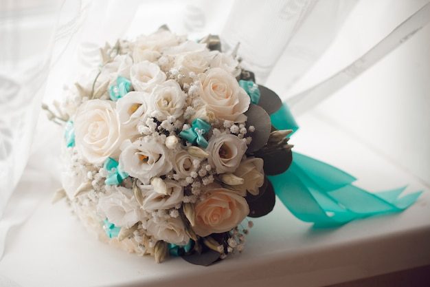 美しい夏のウェディングブーケ。女の子のための繊細な明るい花