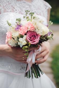 아름 다운 여름 웨딩 부케입니다. 소녀를위한 섬세한 밝은 꽃