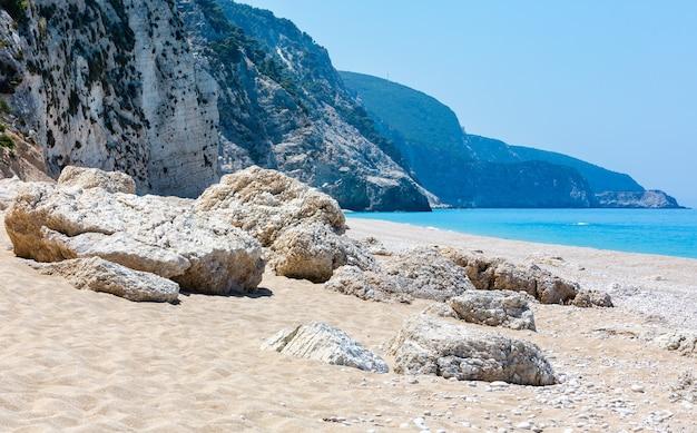 Красивый летний белый пляж эгремни на панораме ионического моря (лефкас, греция).