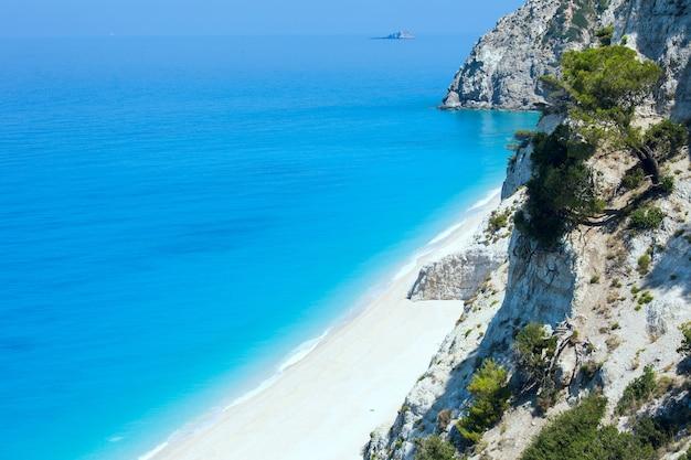 Красивый летний белый пляж эгремни на ионическом море (лефкас, греция) летний вид с ближайшей скалы