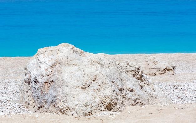 Красивый летний белый пляж эгремни на ионическом море (лефкас, греция).