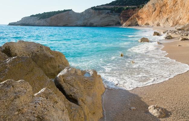 Красивый летний белый пляж порто кацики на ионическом море (лефкас, греция)