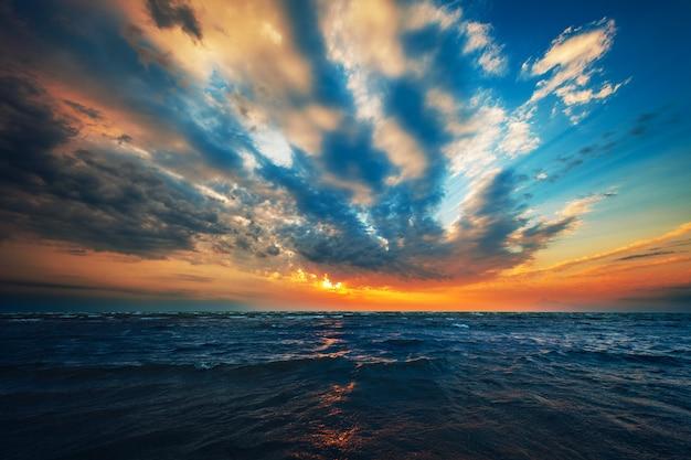 해변에서 아름다운 태양 상승.