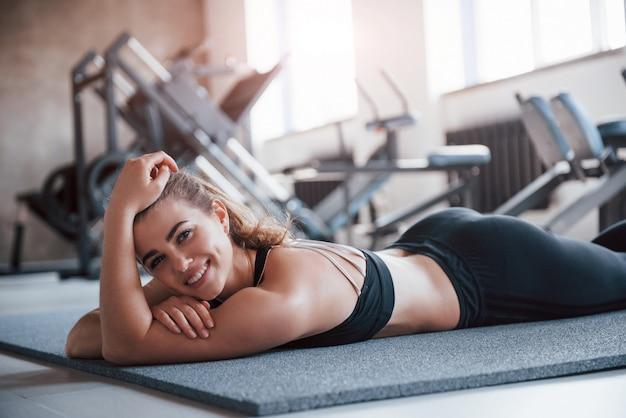 아름다운 햇빛이 창문을 통과합니다. 그녀의 주말 시간에 체육관에서 화려한 금발 여자의 사진