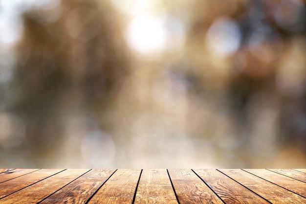 木の板の床と森の中で美しい日光