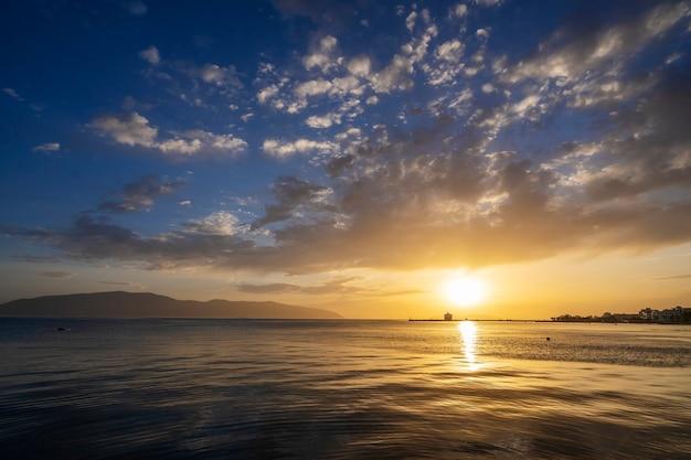 アルバニアの地中海の日没時の雲と美しい日光