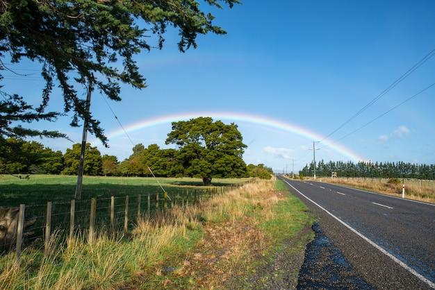 Прекрасный солнечный день без дождя, но потрясающая радуга