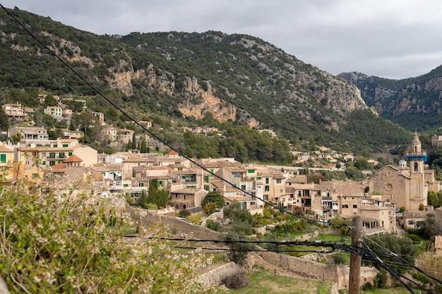 트라문타나 산맥 마요르카(mallorca)에 있는 발데모사(valldemossa) 마을의 아름다운 햇살 가득한 풍경