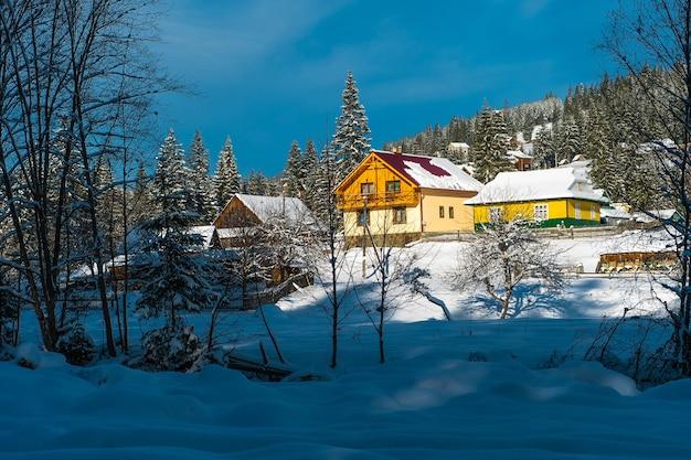 山のカルパティア山脈の美しい日当たりの良い冬の風景