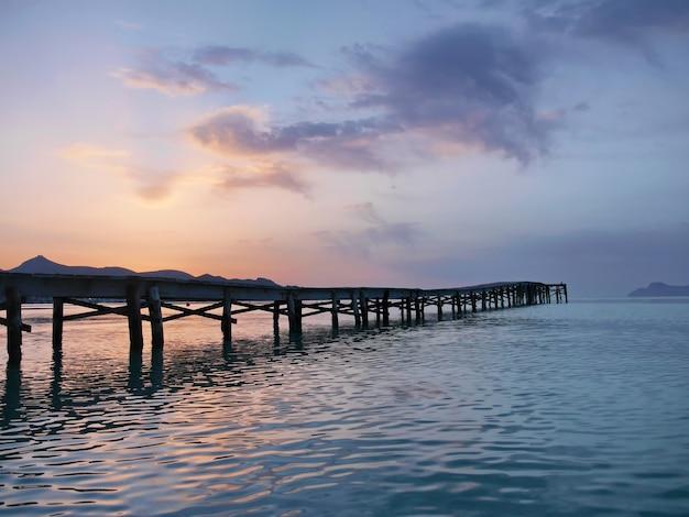 美しい日の出アルクディアビーチマヨルカスペイン