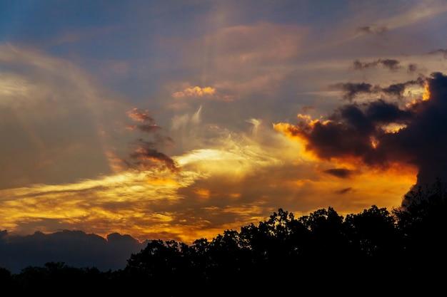 Красивый восход солнца и драматические облака на небе. утро восход солнца небо