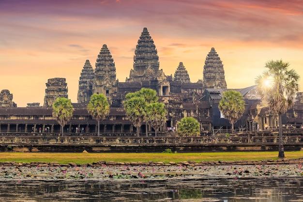 カンボジア、シェムリアップのアンコールワットの美しい日の出