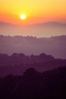 Красивый восход солнца на горный пейзаж летом.