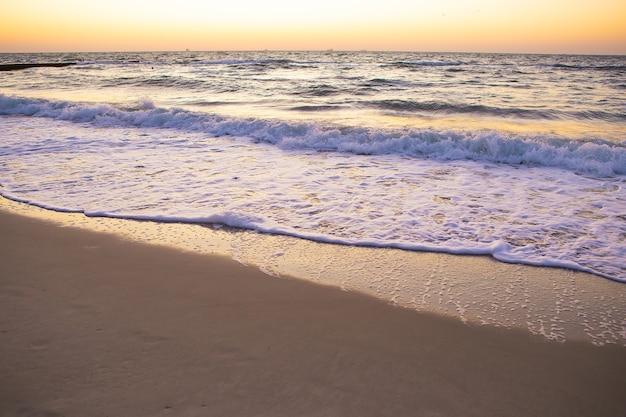ビーチでの美しい日の出。美しい朝。