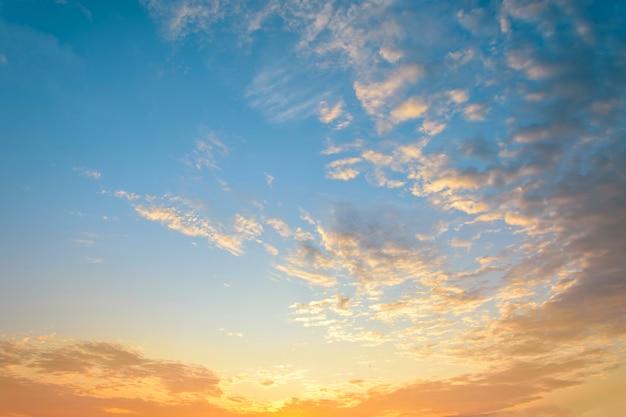 아름다운 일출. 극적인 구름과 파란색과 주황색 하늘입니다.