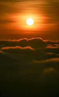 공중보기에서 아름 다운 일출 흐린 하늘