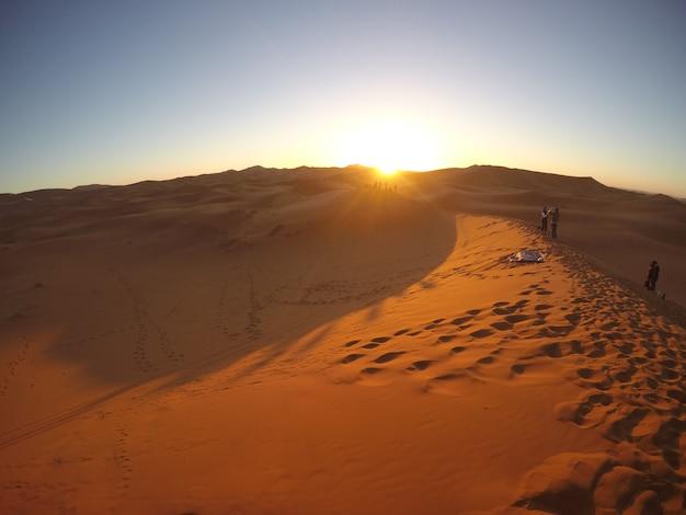 エルズチェビ砂丘のメルズーガの砂漠の美しい日の出。モロッコ