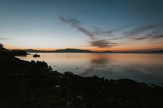 冬の美しい日の出。昇る太陽に照らされた海のある風景。