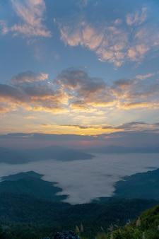美しい日の出の風景。朝の霧と山の日の出。