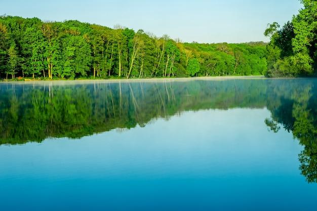 湖の美しい日の出。背景