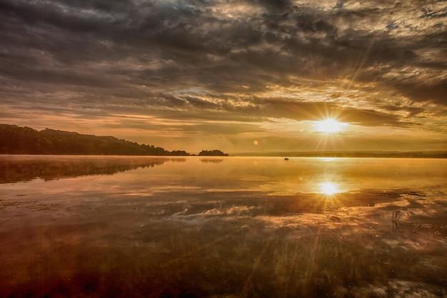 Красивый восход солнца на озере.
