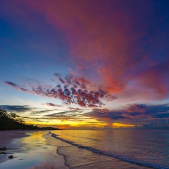 正方形の比率で早朝の熱帯のビーチの美しい日の出