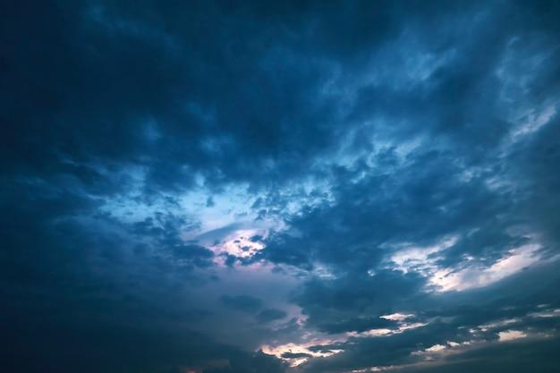 雲をそっと照らす美しい日の出や日の入り