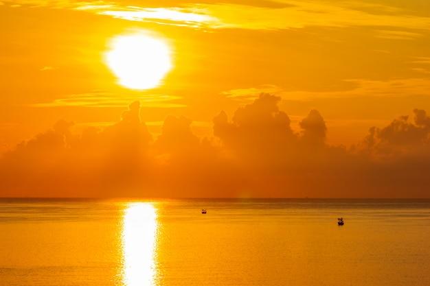 태국 남부 prachuap 키리 칸 주에서 바다 위에 아름다운 일출