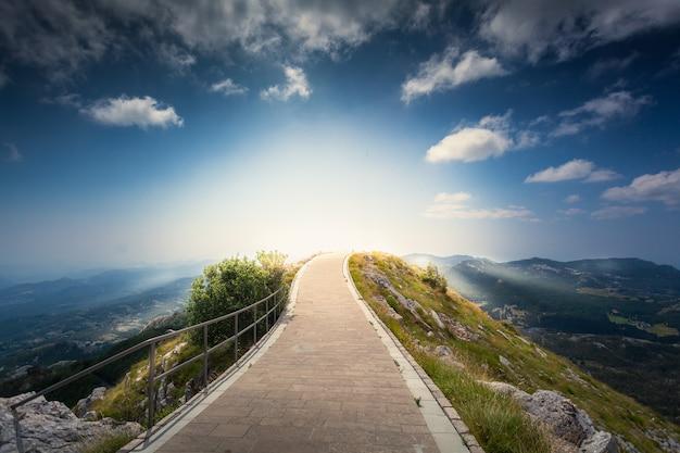 モンテネグロのロブチェン山の頂上から昇る美しい日の出