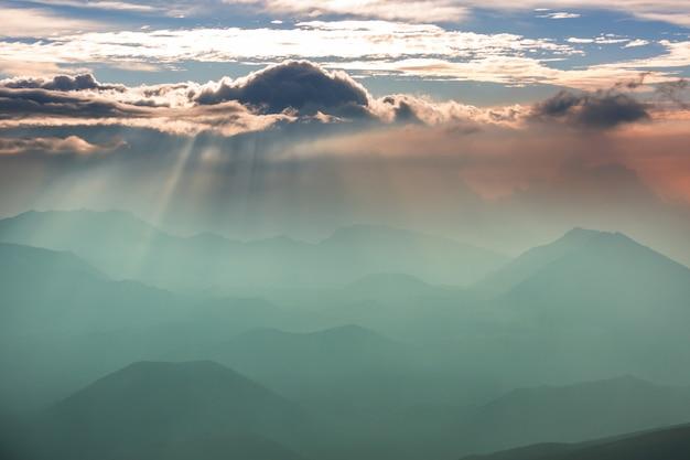 Красивая сцена восхода солнца на вулкане халеакала, остров мауи, гавайи