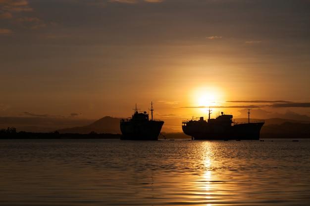 プーケット島のボートで美しい日の出の海景景色