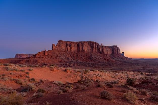 米国アリゾナ州とユタ州の国境にあるモニュメントバレーの美しい日の出の眺め