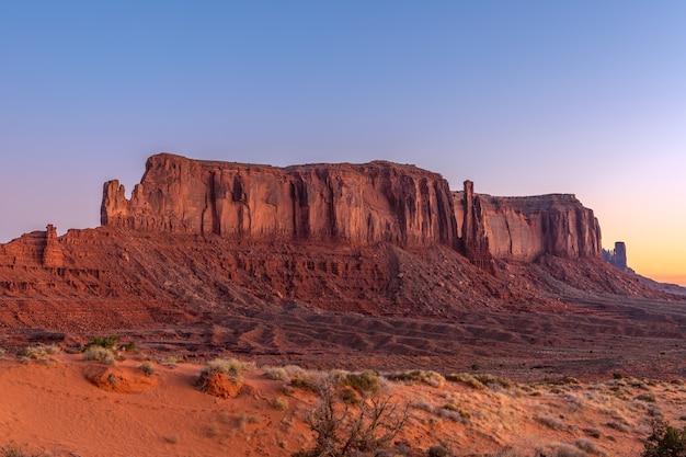 Прекрасный вид на восход солнца на долину монументов на границе между аризоной и ютой, сша