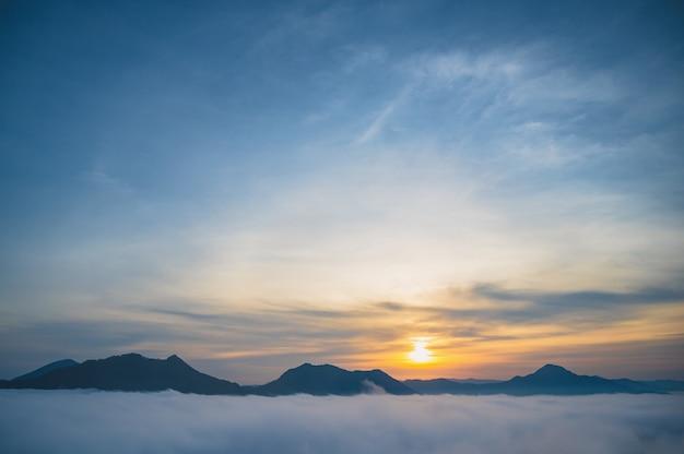 Phu thok chiang khan地区レオイ市タイの早朝の霧の海と美しい日の出。chiangkhanは旧市街であり、タイの観光客に非常に人気のある目的地です。