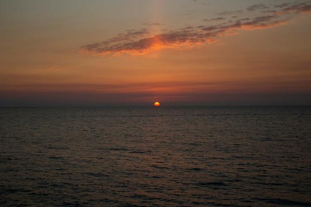海に沈む美しい夕日海に沈む夕日、夕方、太陽が水に沈む