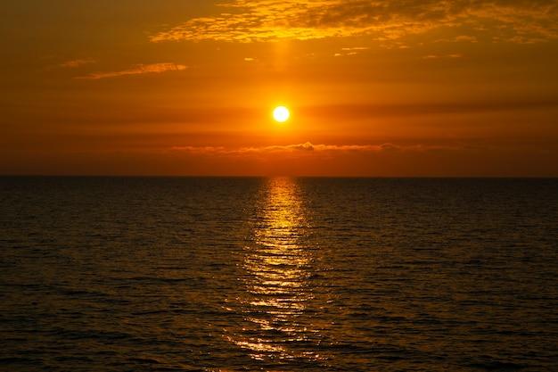 海に沈む美しい夕日海に沈む夕日、夕方