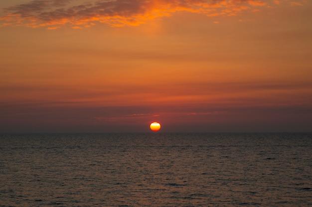海に沈む美しい夕日海に沈む夕日太陽が水に沈む